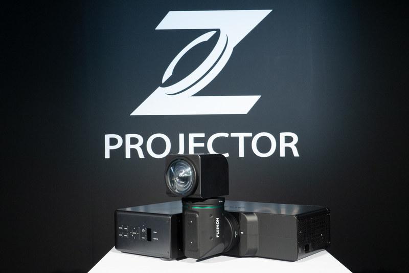"""レンズ前玉とユニークな形状の機構をモチーフにデザインした「Zロゴ」。Zには""""究極の""""という意味も込められている"""