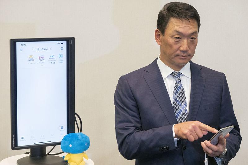 アプリを体験する阪神前監督の金本氏