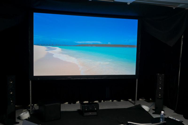 視聴に使用したStumpfl製の120インチスクリーン