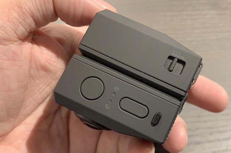 上面。撮影用シャッタースイッチ兼電源(丸ボタン)、モード変更スイッチ(長丸)があるだけのシンプル構造。形態の固定にはスライド式のストッパー