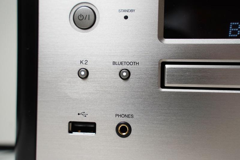 フロントパネル左側にあるUSB端子。上部には高音質機能の「K2」ボタンもある。