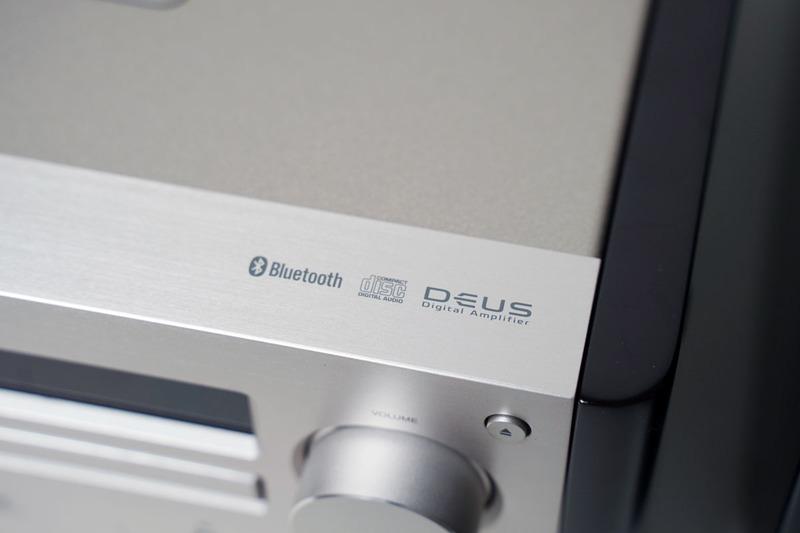 天面の上部には、Bluetooth、CD、デジタルアンプ「DEUS」のロゴがある