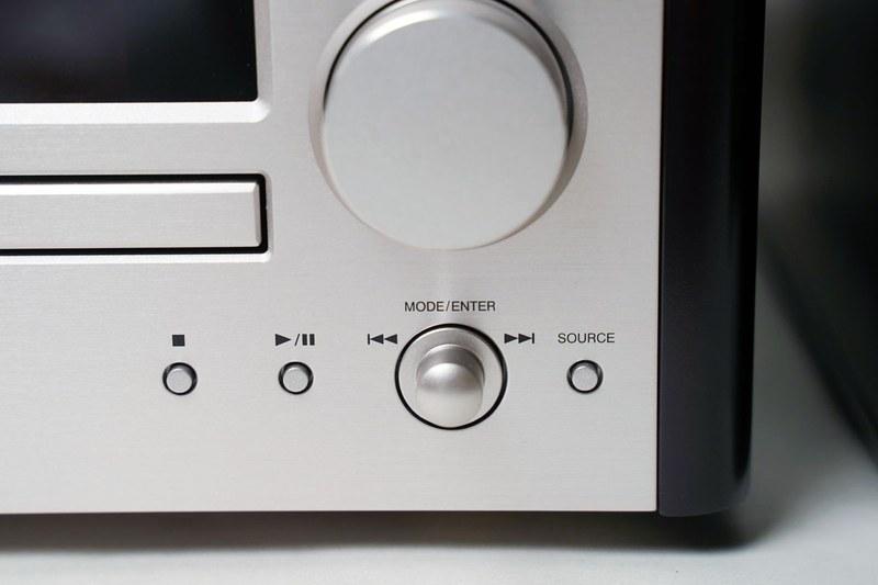 再生操作ボタン。CD再生やUSBメモリー再生の基本操作のほか、FMチューナーの選局なども可能