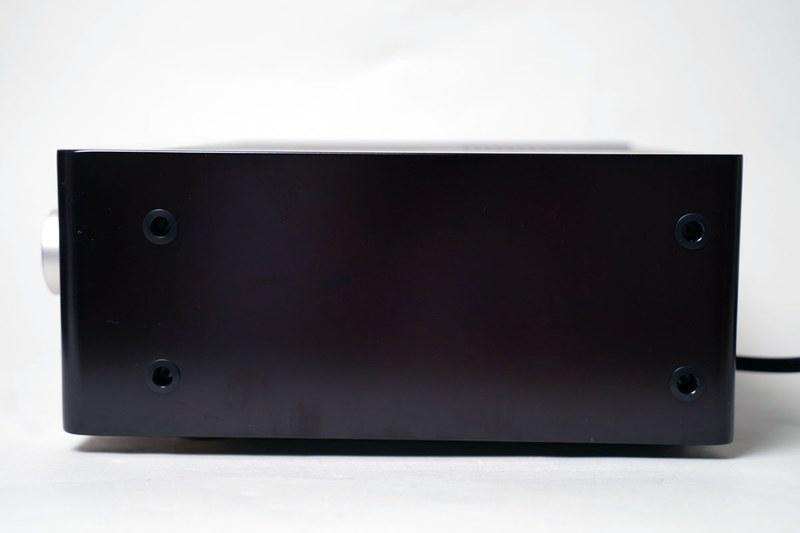 CDレシーバー部を横から見たところ。厚みのある木製のサイドパネルが装着されている。最近のオーディオ機器では珍しい