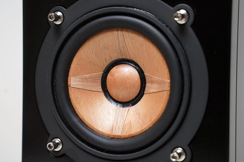 振動板をクローズアップ。振動板と中央のセンターキャップは木目が垂直になるようにしている。十字の木製シートは放射状に木目が合わせてある