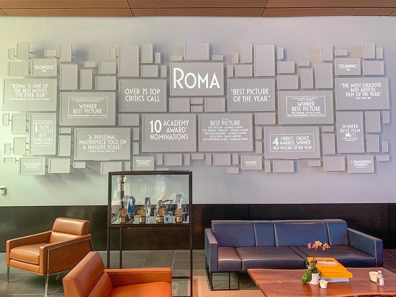 ROMAのアカデミー賞受賞もあり、オフィスには「オスカー像」を含めた多数の受賞トロフィーが飾られていた