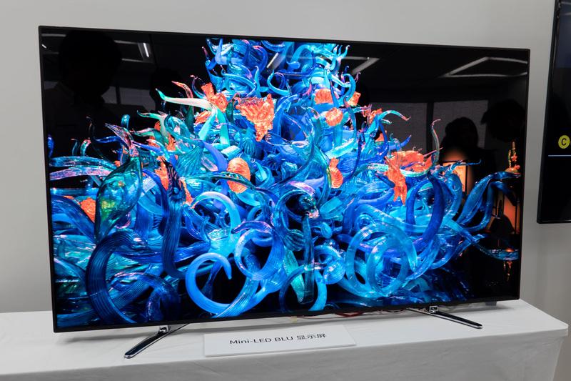 RGB3色のミニLEDをバックライトに採用した8Kディスプレイ