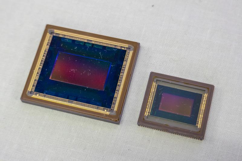 8C-B30Aに採用する自社製8K CMOSセンサー(写真左)。現在はグローバルシャッター技術を搭載したCMOSセンサーも準備中で「グローバルシャッター技術は製造プロセス上、CCDの技術が重要になるため両タイプを長年製造してきたノウハウが活きる」と話す