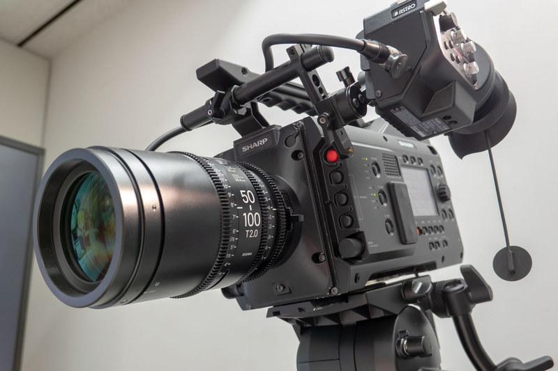 業務用の8Kカムコーダー「8C-B60A」。3,300万画素のスーパー35mm相当のCMOSセンサーを搭載し、8K/60p 4:2:2 10bit記録が可能
