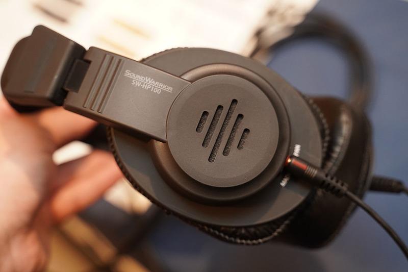SOUND WARRIORのブースでは、モニターヘッドフォンのセミオープン型「SW-HP100(仮)」を参考出品。聴き疲れしにくい音を目指しており、初夏の発売を目指しているという