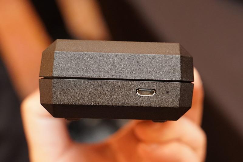 ケースの側面には充電用USBポート