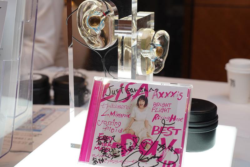 LiSAさんの好きな音質に合わせて最適なチューニングを施したJust earのテイラーメイドイヤフォン「XJE-MH/L1SA」