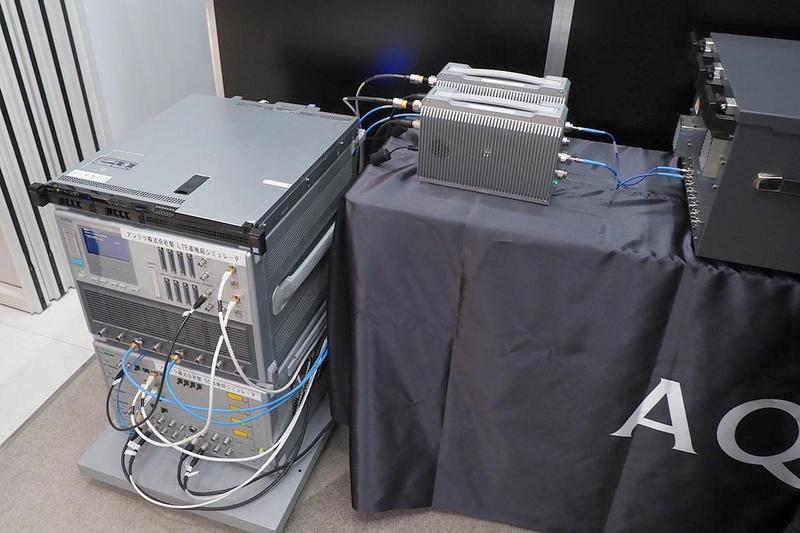 5GとLTEの基地局シミュレーター(左)