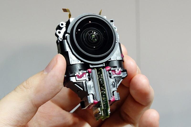 新型レンズユニットのモックアップ。下部の四角い部分が1型センサー