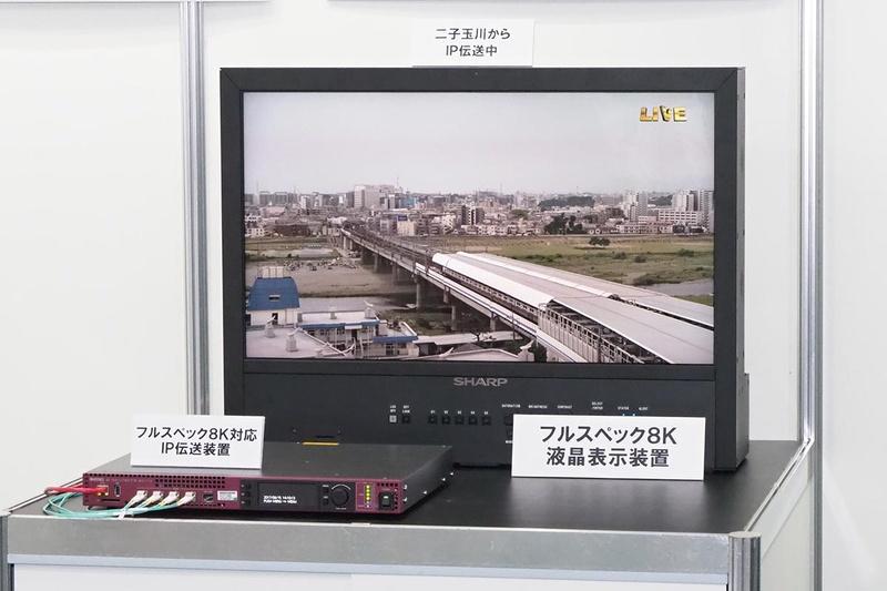 フルスペック8K映像と、IP伝送装置(左下)