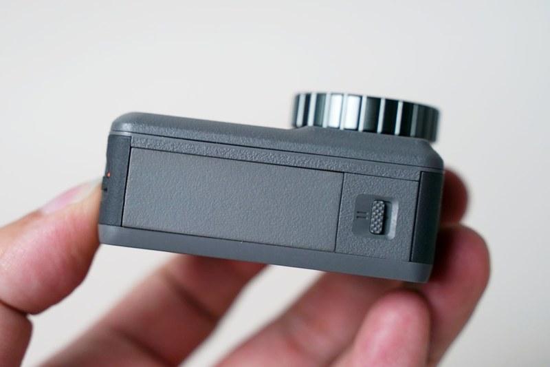 バッテリーの取り外しは2箇所のロックを同時に外す必要がある