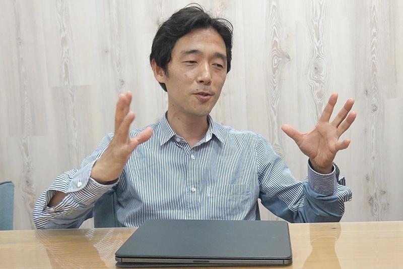 佐藤信介監督。手元にあるのは、常に持ち歩いているiPad Pro