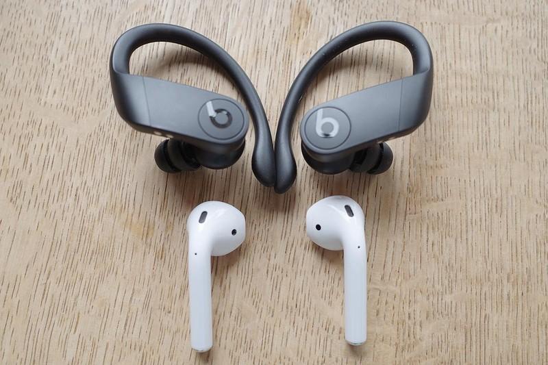 「Powerbeats Pro」(上)と、Apple「AirPods」(下)