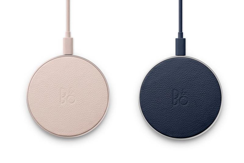 Beoplay Charging padのライムストーン(左)とインディゴブルー(右)