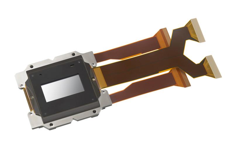 シネマ用プロジェクターに使用する4K SXRDパネル。解像度は4,096×2,160。R815DSでは、1.48インチの最新パネルを3枚搭載する