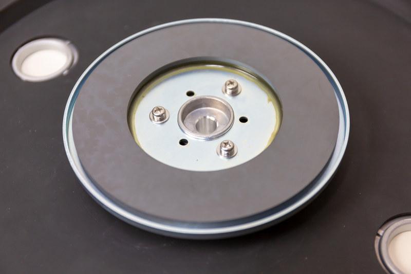 ローター磁石。プラッター裏は共振抑制のデッドニングラバーも貼り付けた2層構造になっている