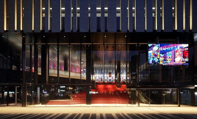 東京建物 Brillia HALL正面入口から見た250型LEDビジョン