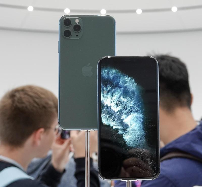 iPhone 11 Pro ミッドナイトグリーン。手前がMax