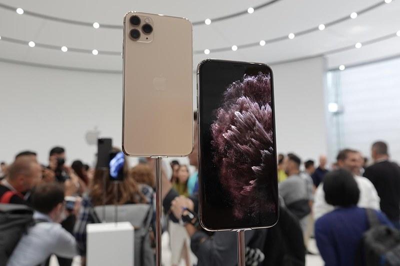 iPhone 11 Pro ゴールド。手前がMax