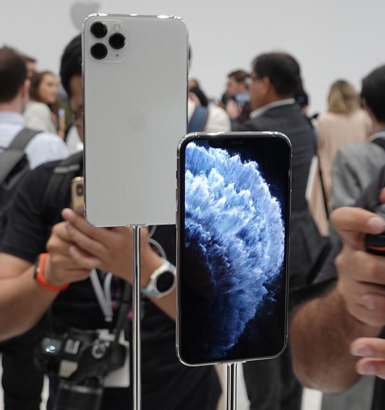 iPhone 11 Pro シルバー。手前がMax