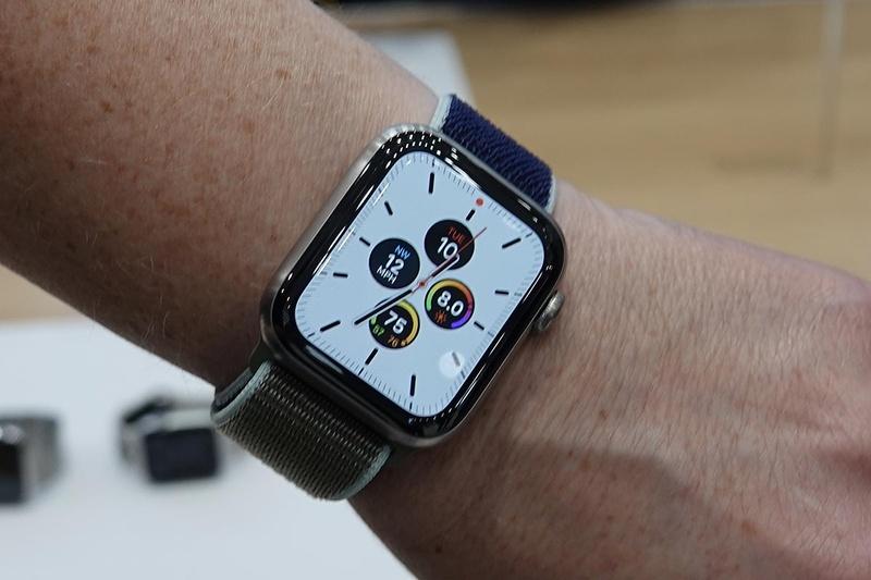白い画面が「時計を見ようと腕を上げた」時の表示。それ以外は黒基調の表示になり、節電される