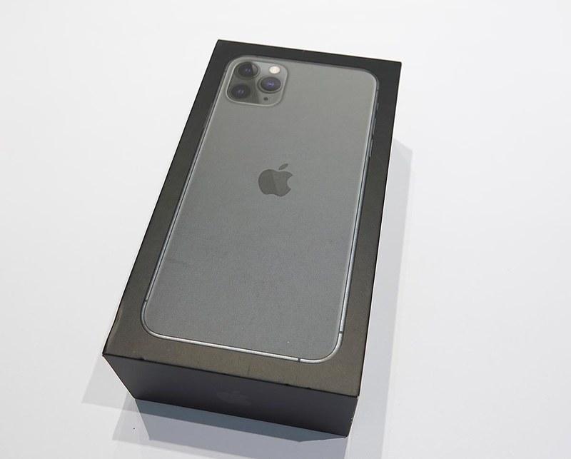 iPhone 11とiPhone 11 Pro Maxの箱。サイズや体裁はさほど以前と変わらないが、面の写真が「カメラ推し」に