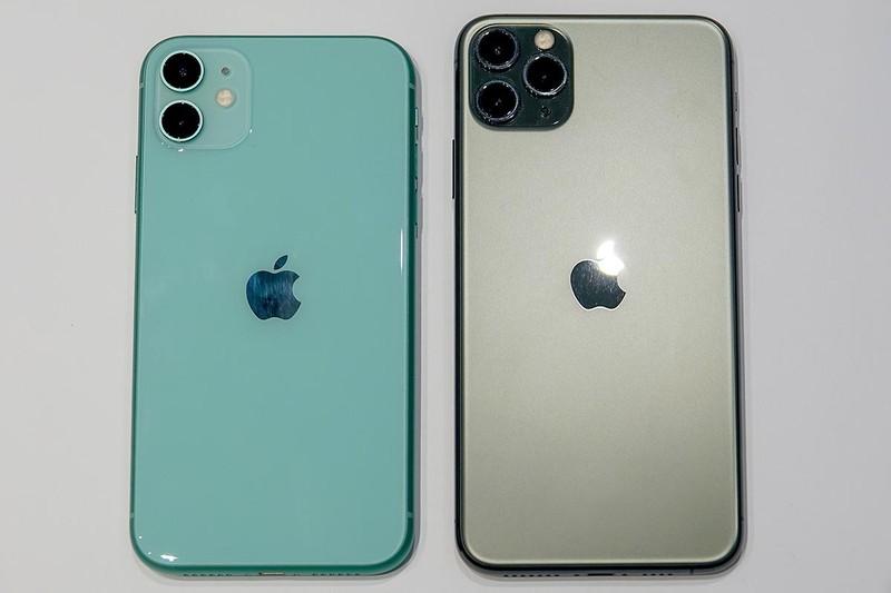 iPhone 11とiPhone 11 Pro Max。サイズ感はかなり似ている。背面からはiPhoneロゴがなくなり、リンゴマークだけに