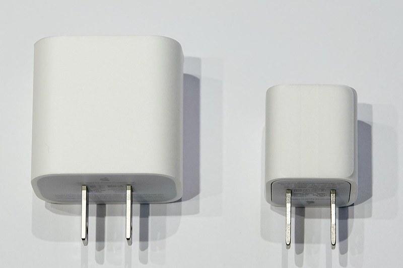 USB-Cを採用した18WタイプのACアダプターは、急速充電対応だがその分サイズが大きい