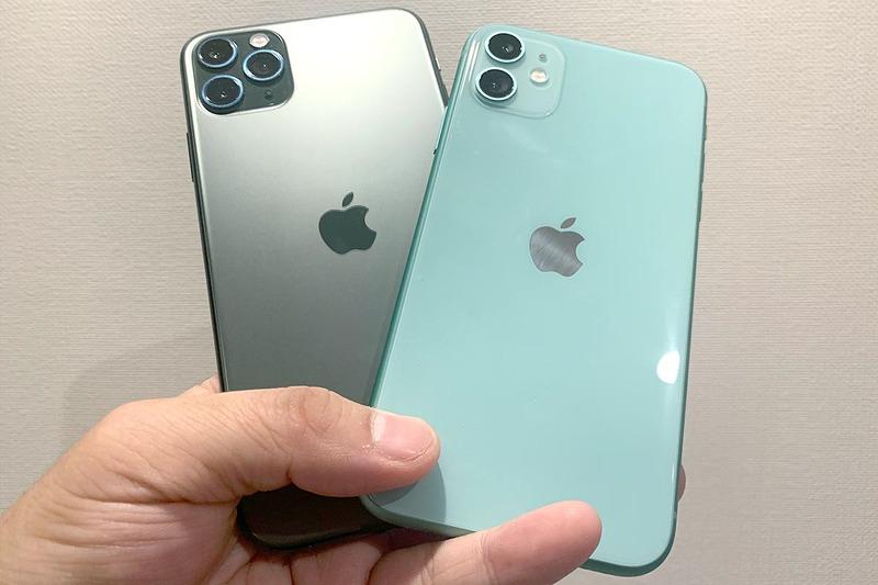 iPhone 11 Pro Max(左、ミッドナイトグリーン)とiPhone 11(右、グリーン)