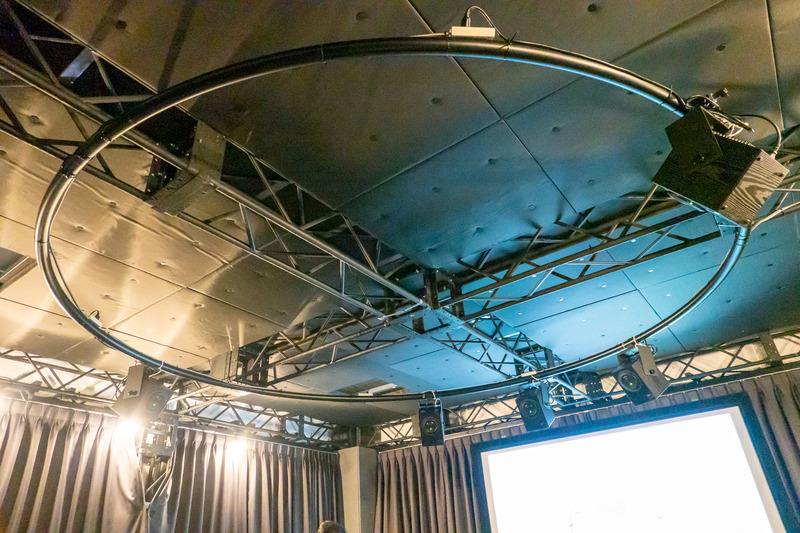 円形配置された天井スピーカー