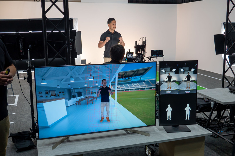 カメラの方向と被写体との空間位置を追跡するセンシングとプロセッシング技術に加え、ディープラーニングを活用した人物抽出技術を組み合わせた