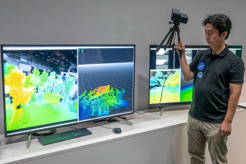 スタッフが持つデモキットにはペアのステレオカメラを搭載。物体までの距離を検出することで、周囲の存在情報を環境地図としてリアルタイムに構築している