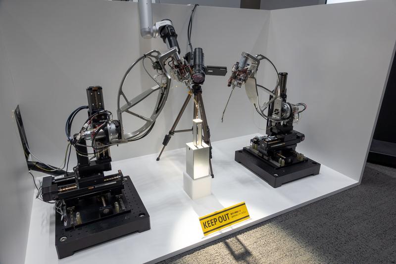 操縦者が力の変化を感じ取りながら、人の手ではできなかった精密な操作を可能にする「精密バイラテラル制御」。0.8mm、0.5mm、0.2mmという微小なブロックを積み上げるデモを実演