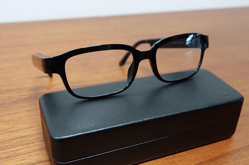メガネ型のEchoデバイスである「Echo Frames」。メガネの下のものは付属ケース