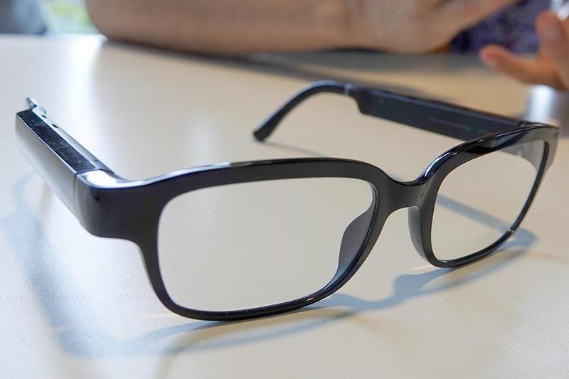 Echo Frames。見た目的にはツルが太いクラシックなメガネ。レンズ部には電源などの動作を確認するLEDがあるが、ディスプレイの類いは内蔵されていない