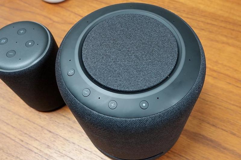 Echo Studio上部。音量やミュートなど少数のボタンが用意されている