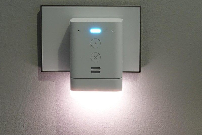Echo Flex。ナイトライトなどと組み合わせて廊下などのコンセントに挿して使う