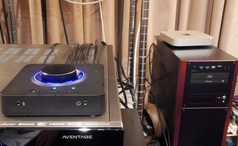 背後にあるパソコンと接続し、AVアンプのマルチチャンネル入力に接続した状態。ケーブルが短かったため、置き場所の自由度が高いのはありがたかった。
