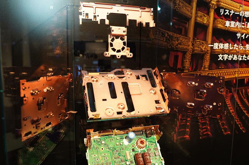 「AVIC-CL902XS II」。ハイエンドオーディオで使われる銅メッキシャーシをカーナビで採用している