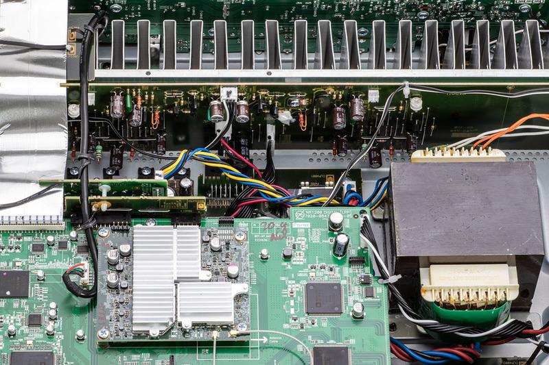 パワーアンプのL/Rチャンネルを、ヒートシンクの中央から、左右対称にリッチに配置
