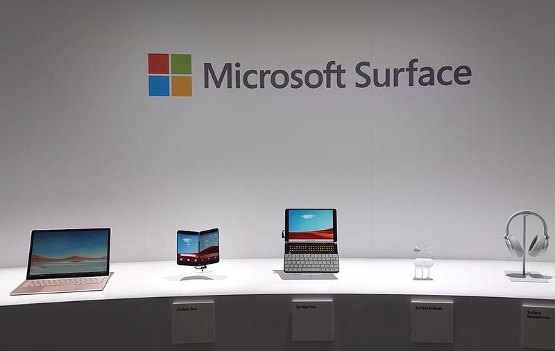 マイクロソフトがハンズオン会場に展示した製品。左から、Surface Laptop 3・Surface Duo・Surface Neo・Surface EarBuds。隣にあるのは発売済みのSurface Headphone