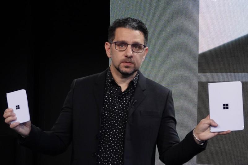 左手に「Surface Duo」、右手に「Surface Neo」を持つパノス・パネイ氏