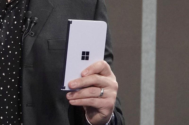 「Surface Duo」。Neoよりさらに小型な「スマホサイズ」の製品