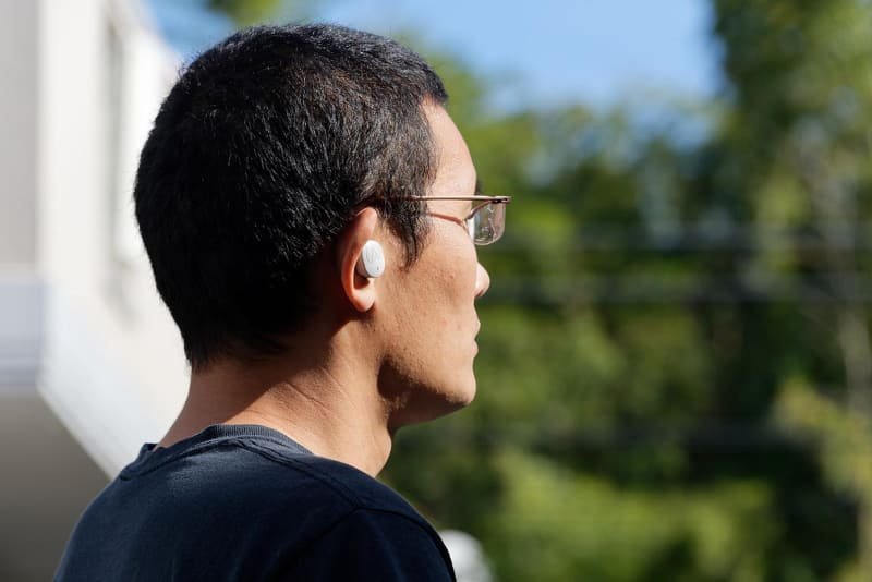 耳の形にしっかりフィットし、運動中に動いたりしない。外部の音をマイクで拾って聞こえるようにするヒアスルー機能もあり、屋外のランニングでは重宝する
