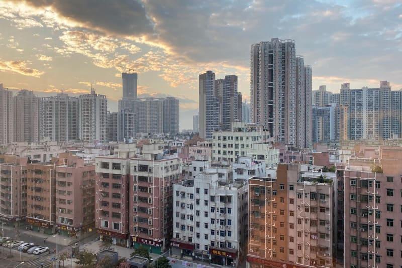 深圳・福田区にあるホテルからの景色。手前に見える築年数の古い住宅群(決して低層ではない)が建て替わるのも時間の問題だろう